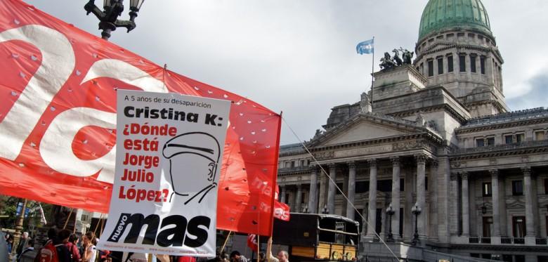Nuevo Mas banners at Plaza Congreso