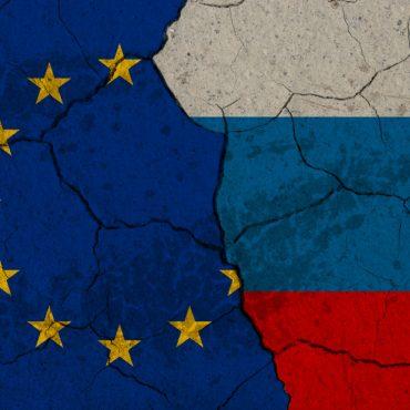 Picture: Cracked EU vs Russia flags. Ukrainian crisis conceptual image. Foto: Bröckelnde Flaggen der EU und Russland.